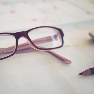 人間関係がうまくいかない人の特徴/華奢なインテリ眼鏡の処世術