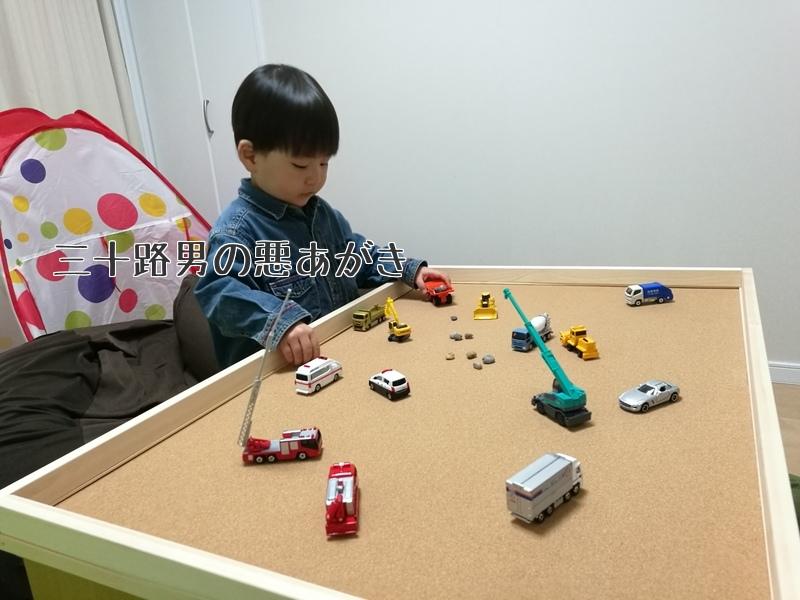 手作りのプレイテーブルで遊ぶ上の子