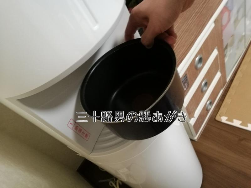 お鍋に水を注ぐ写真