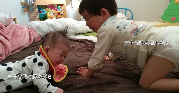 寝返り返りの練習をする兄弟