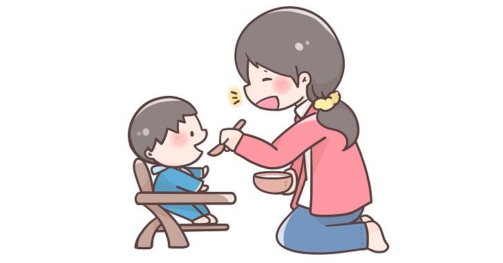 離乳食を食べさせているママ