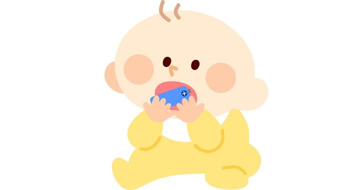 おもちゃを口に入れる赤ちゃん