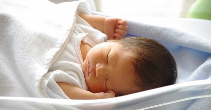 気持ちよさそうに寝ている赤ちゃん_1