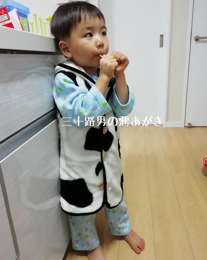 膝下丈のスリーパーを着た3歳児