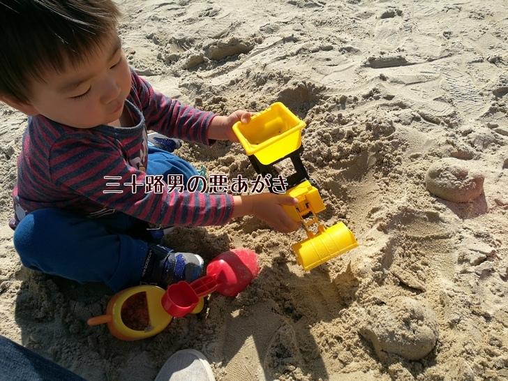 お砂で遊ぶ子供