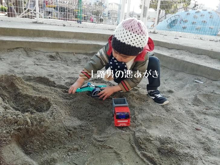 トイコー_ミニダンプ_ショベルで遊ぶ3歳児